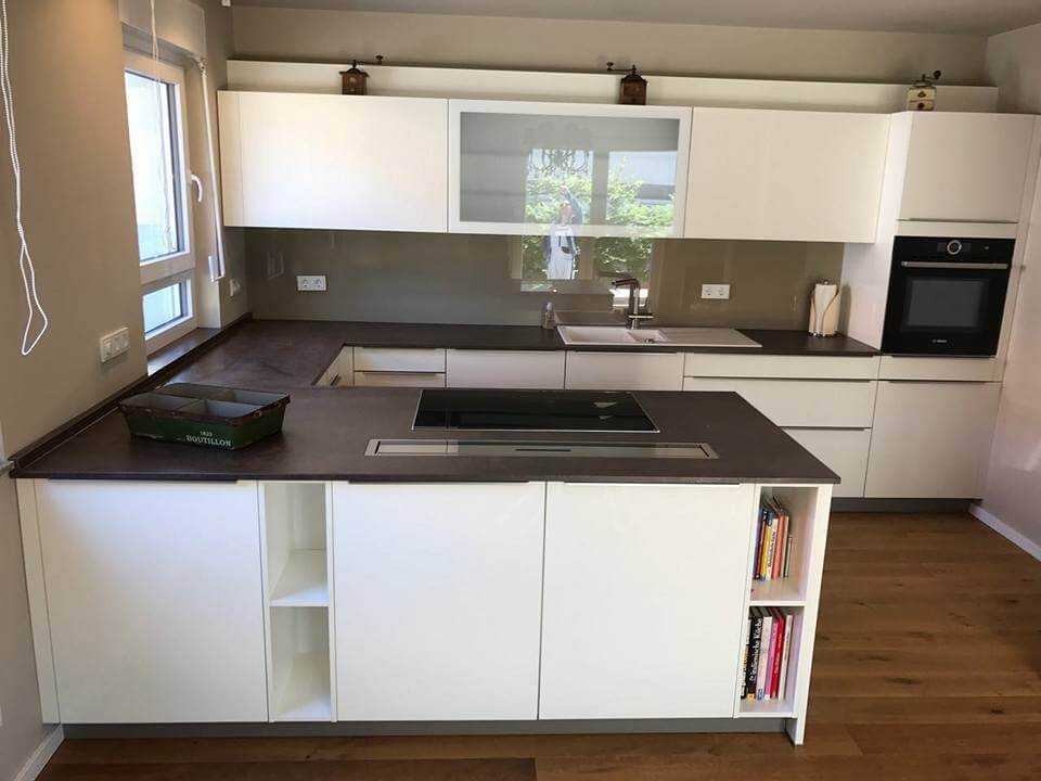 Einbauküche mit großer Kochstation